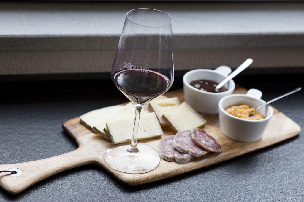 degustazione di vino in cantina nelle langhe